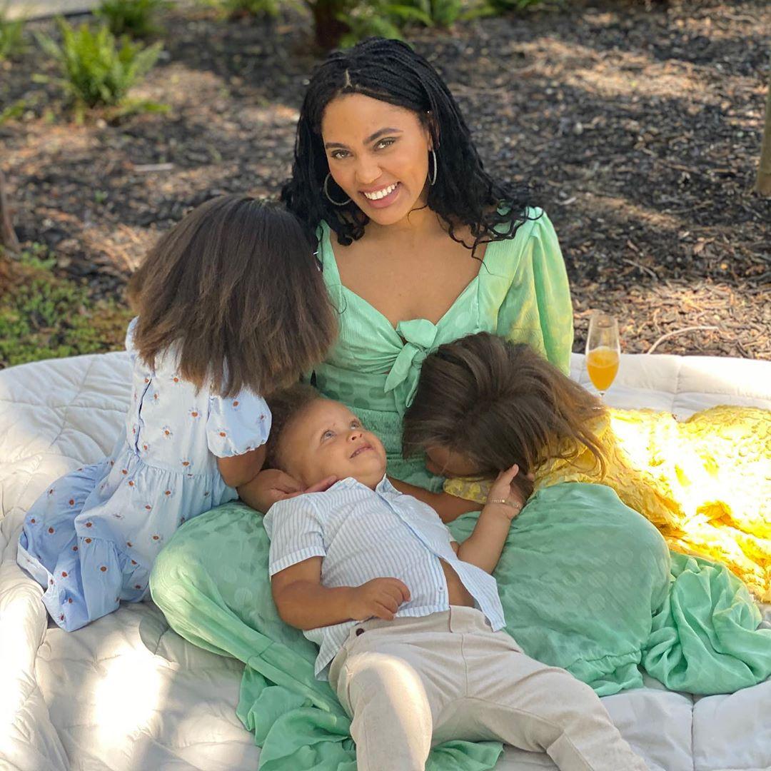 库里祝福阿耶莎母亲节快乐:你表现出的母性是那么美好