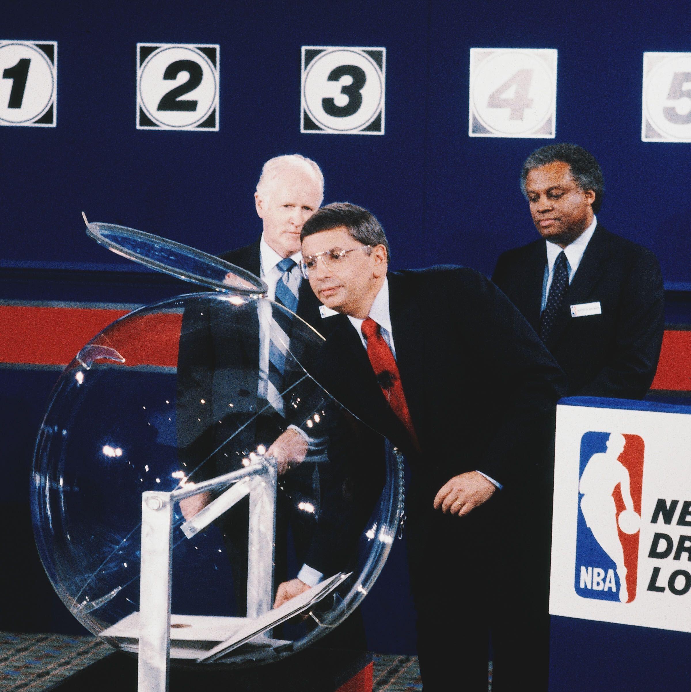 35年前的今天,NBA进行了历史上首次选秀乐透抽签