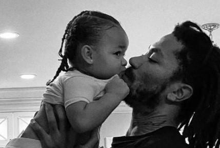 父女情深!罗斯女儿ins账号晒罗斯抱起女儿亲吻的照片