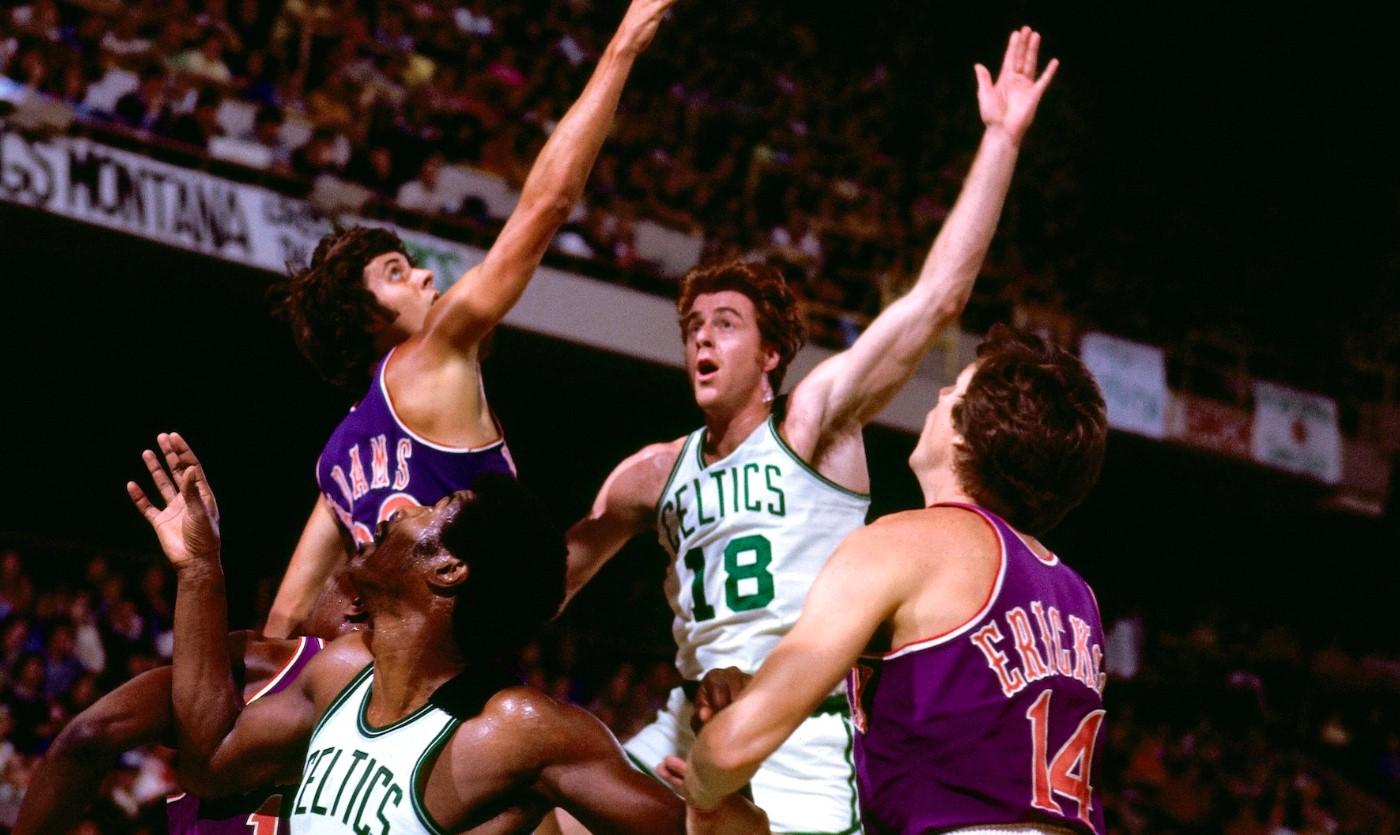 1976年的今天,绿军名宿考恩斯在总决赛中得到25分21板10助