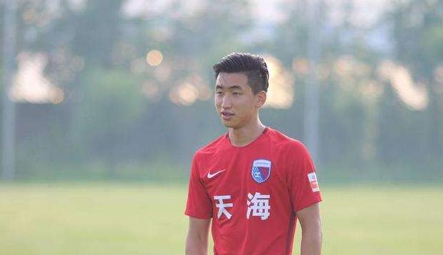 记者:曾多次入选过国青国奥的前天海球员张源抵达深圳