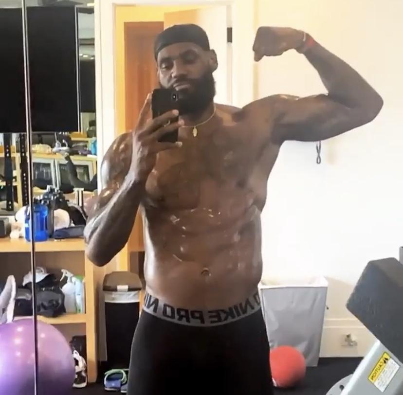 劲爆肌肉!詹姆斯赤膊锻炼健身房内自拍大秀身材