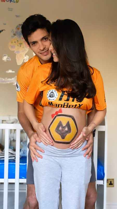 留队稳了?希门尼斯女友晒孕期合影,腹部有狼队队徽彩绘