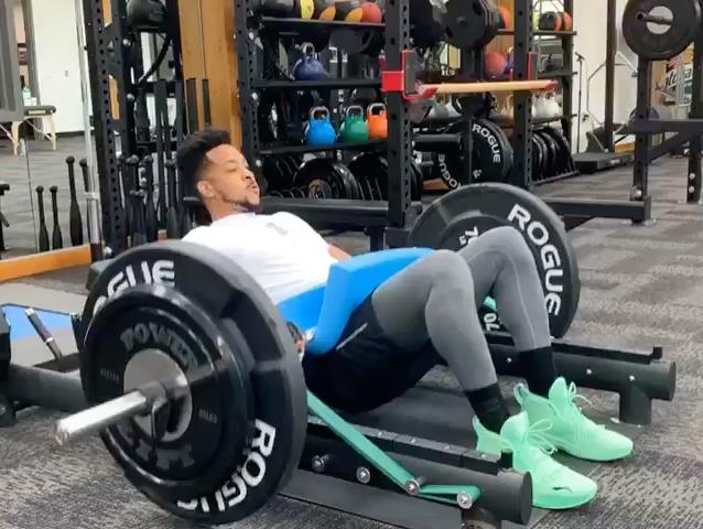 锻炼腰腹力量,麦科勒姆社交媒体发布重量训练图片