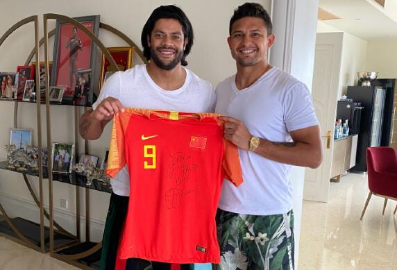 胡尔克晒艾克森赠国足球衣:非常感谢!我的兄弟