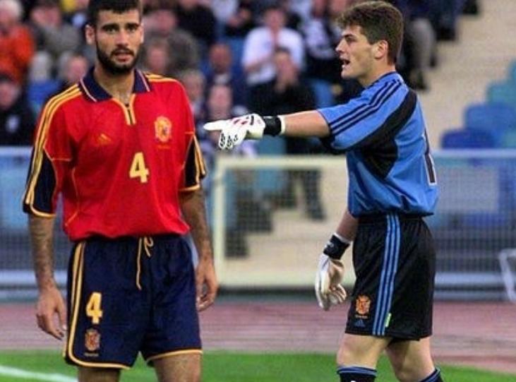 还是那个少年,卡西晒出自己西班牙国家队首秀时的照片