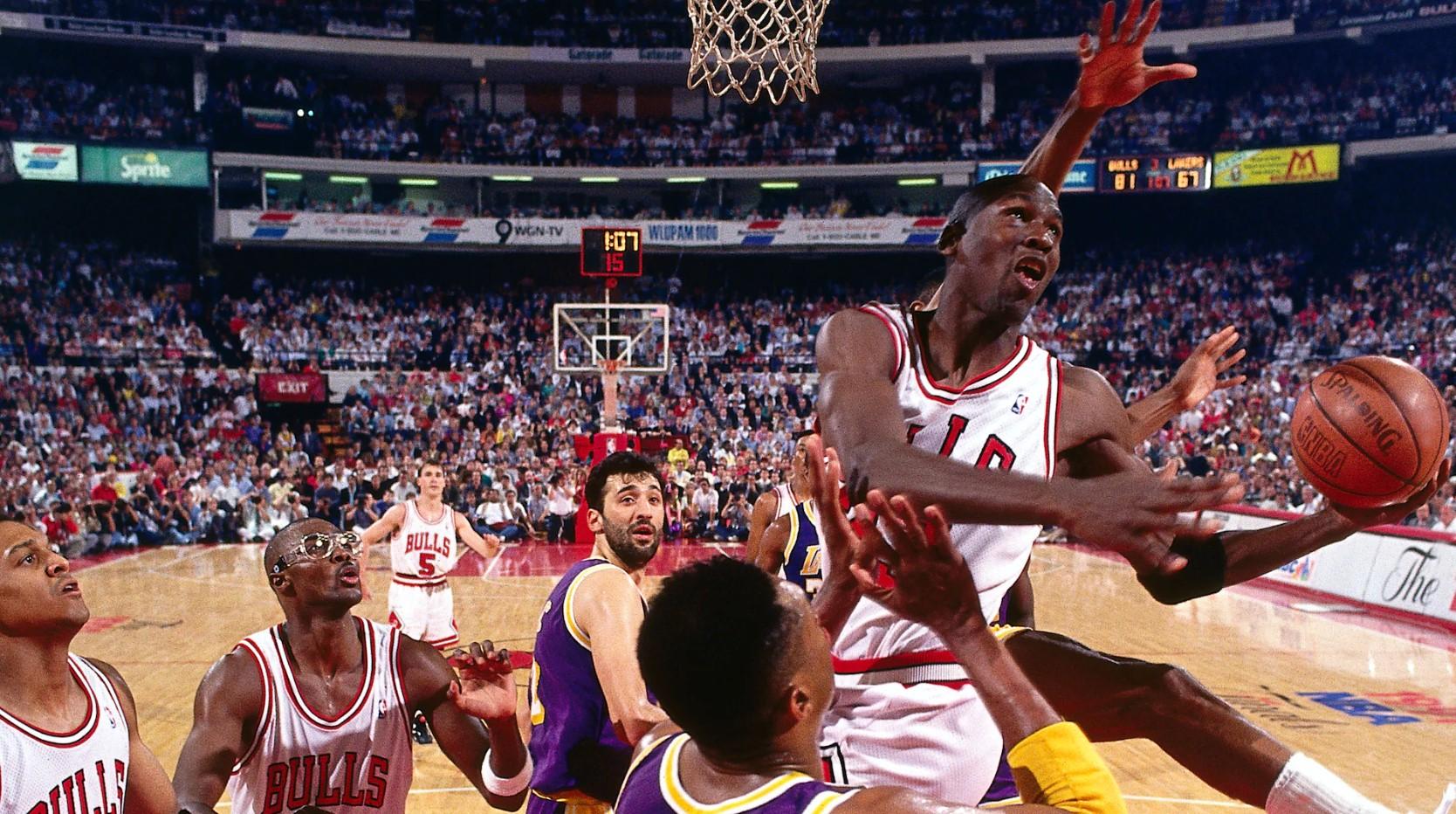 29年前的今天,乔丹在总决赛中做出经典的空中换手上篮