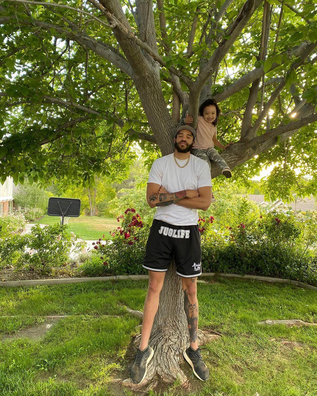 父女情深!麦基晒出自己陪坐在树上的女儿玩耍时的照片