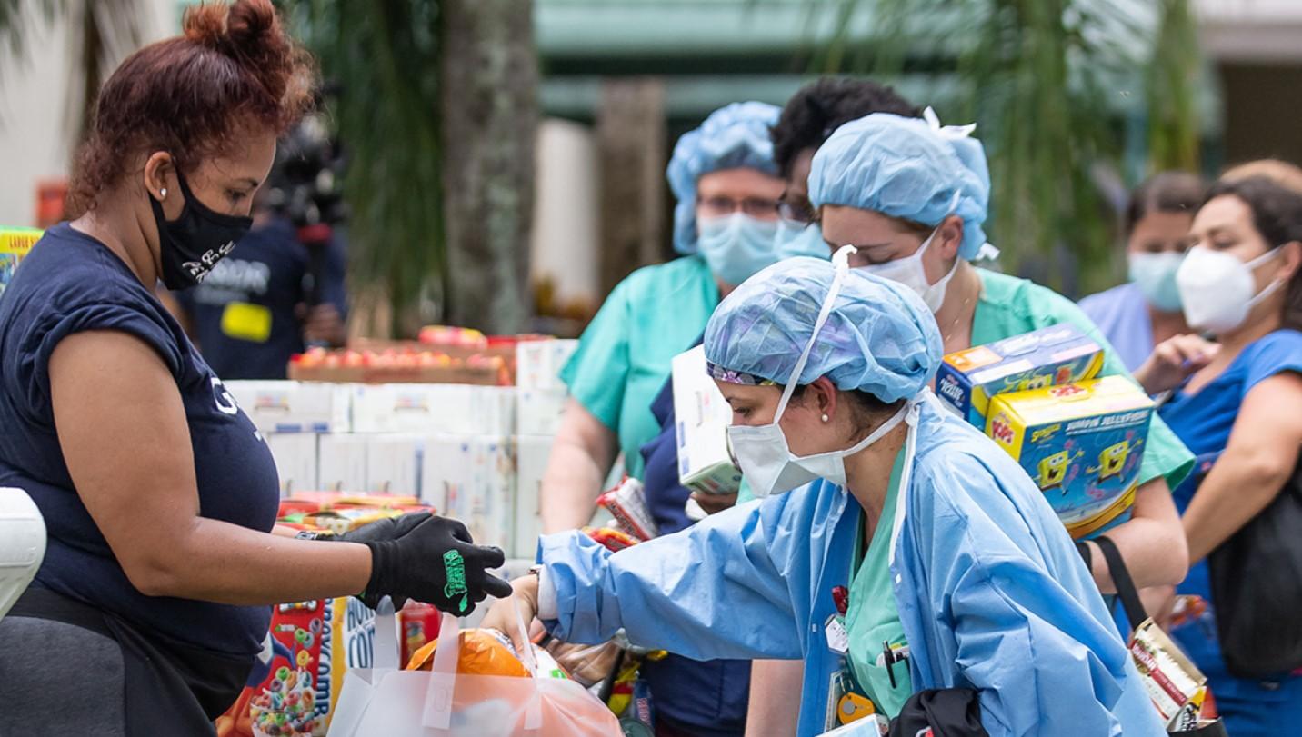 科林斯和慈善机构合作,为500多人提供了食物和生活用品