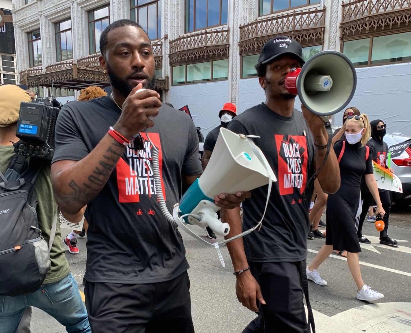 沃尔、比尔今日参与华盛顿街头游走,高呼暗人平权口号
