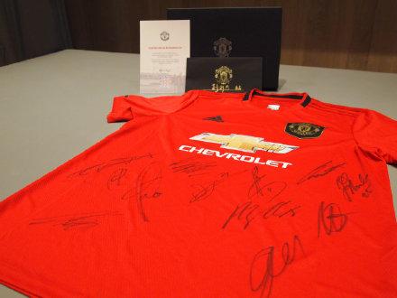 暖心!曼联官倾向患癌教练施舍全队签名球衣和索帅签名信