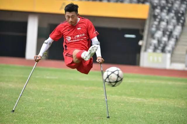 独腿拄拐杖踢球小伙:不会放弃足球,已经用坏了46副拐杖