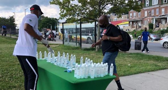 盖伊在家乡巴尔的摩为人们送往免费的消毒液和口罩