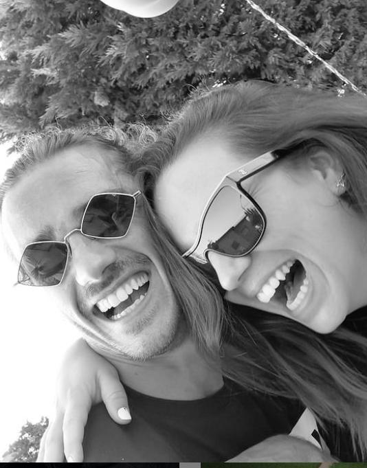 格列兹曼社媒晒照,自己和妻子两人大笑并配笑哭表情