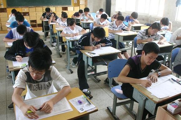 恒大足校一学生第一个走出考点,半小时写满800字作文