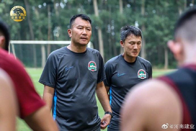 豫媒:建业一线队将不再设主教练,改为组建教练组带队