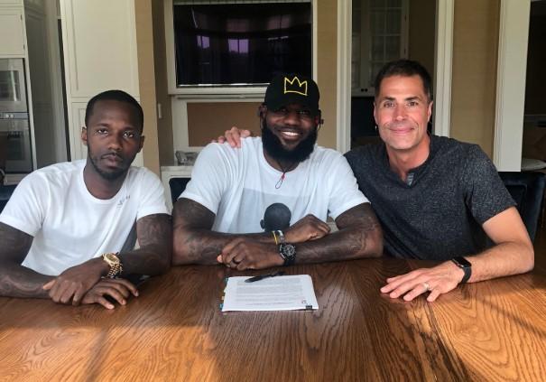2年前的今天,勒布朗-詹姆斯正式与湖人签约
