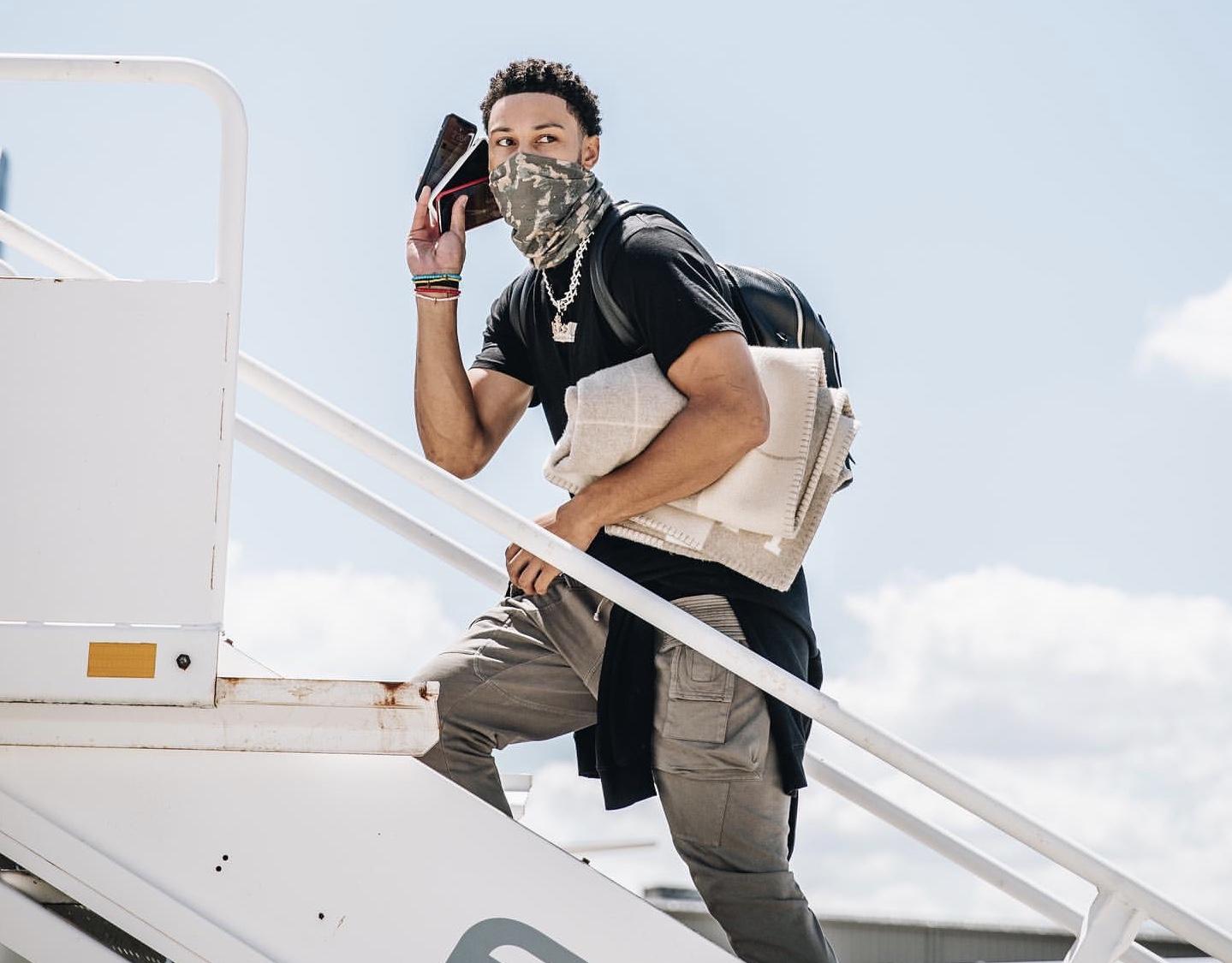 西蒙斯晒登机照:如果你需要找我,我们隔离赛区见