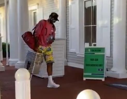 开拓者官方推特晒球队抵达奥兰多的视频:我们已经到了