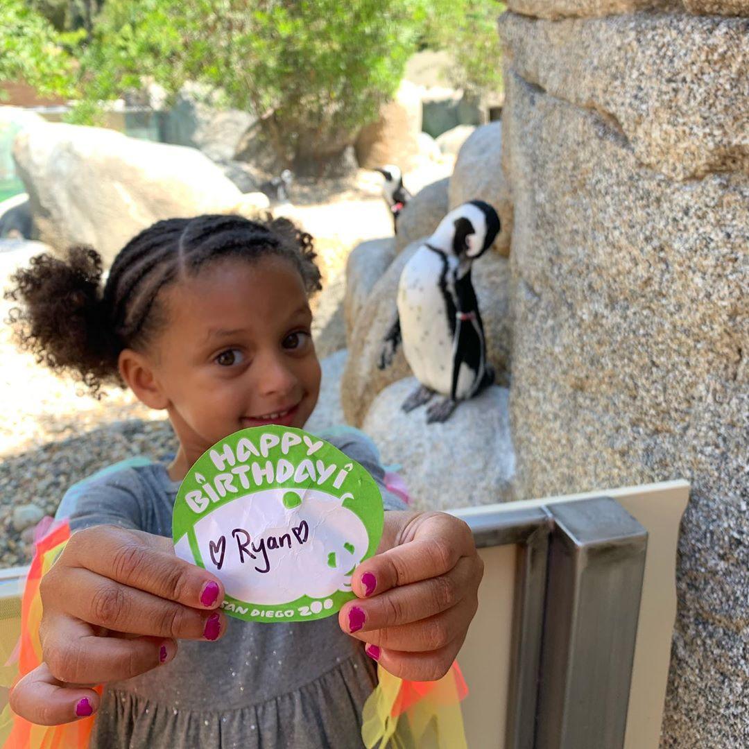 库里为二女儿庆生:知道你在吃零食,保持微笑和好奇心