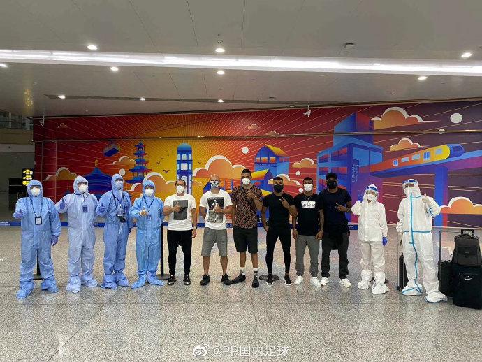 全员到齐!重庆当代五名外援乘坐包机抵达重庆