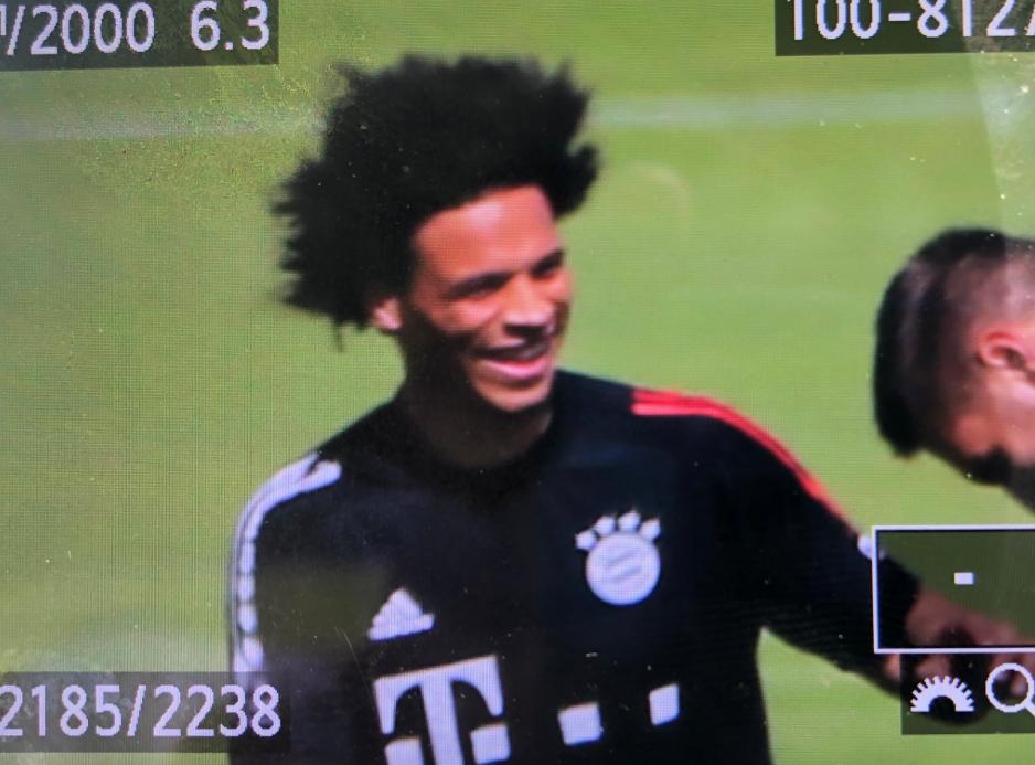 来了来了!萨内首次来到拜仁训练场进行训练