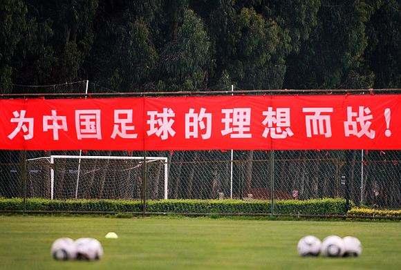 冯俊彦:什么人都跑来蹭热度,足球变成十项全能了?