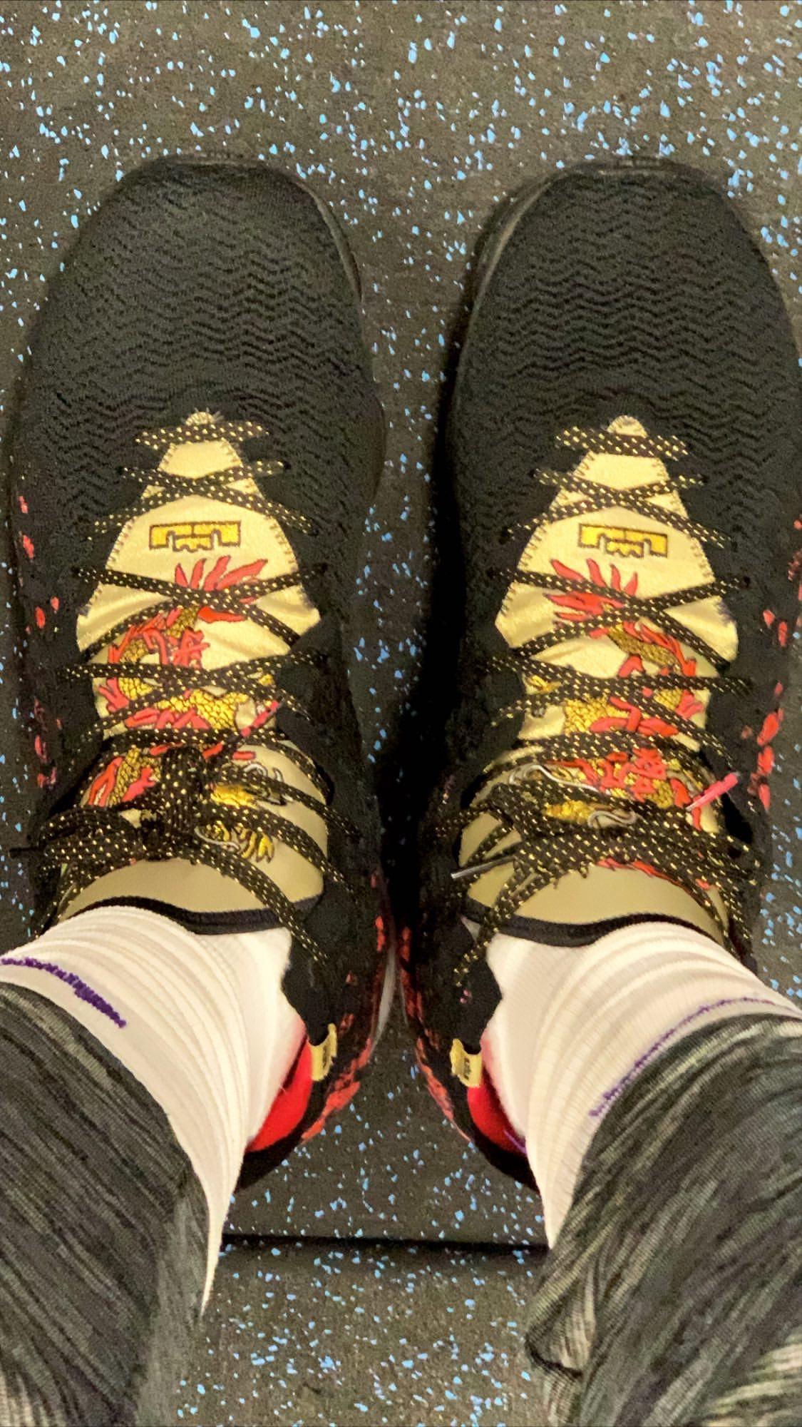 勇气与毅力!詹姆斯自拍展示今日上脚詹17战靴