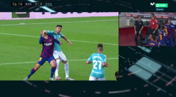 GIF:奥萨苏纳球员加耶戈肘击朗格莱,裁判观看VAR出示红牌