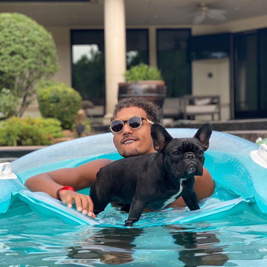 悠然自得!特雷-杨晒自己泡在泳池中抱着爱犬的