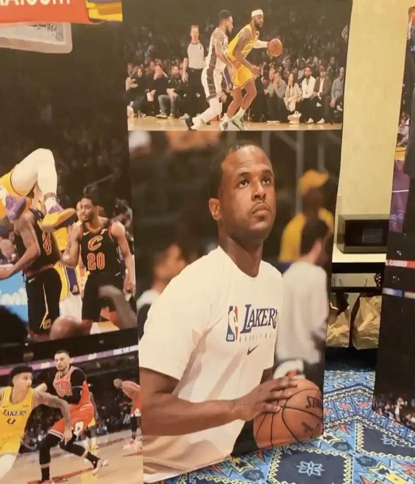 韦特斯晒湖人休息室布置,周围布满球员照片展板