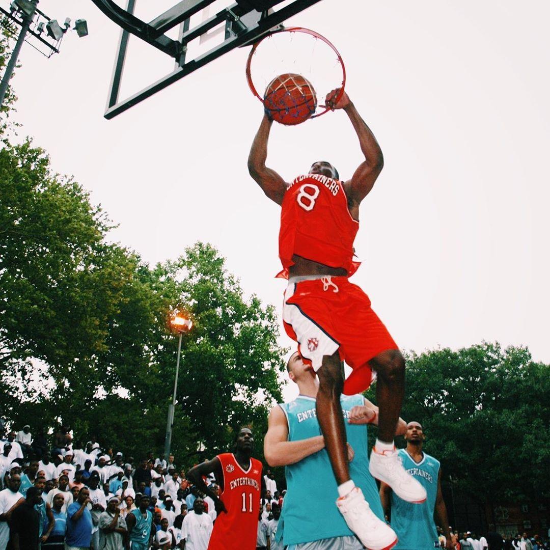 2002年的今天,科比-布莱恩特在洛克公园打街球