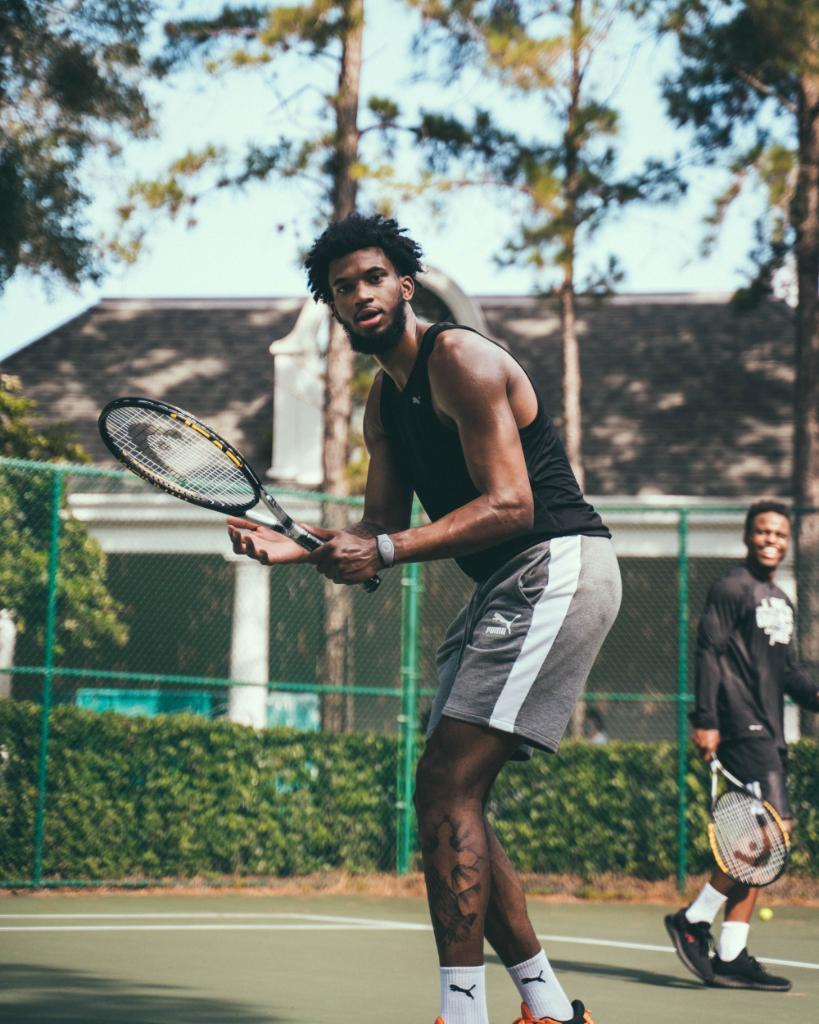 国王官方推特发布球队放假打网球图集,巴格利领衔