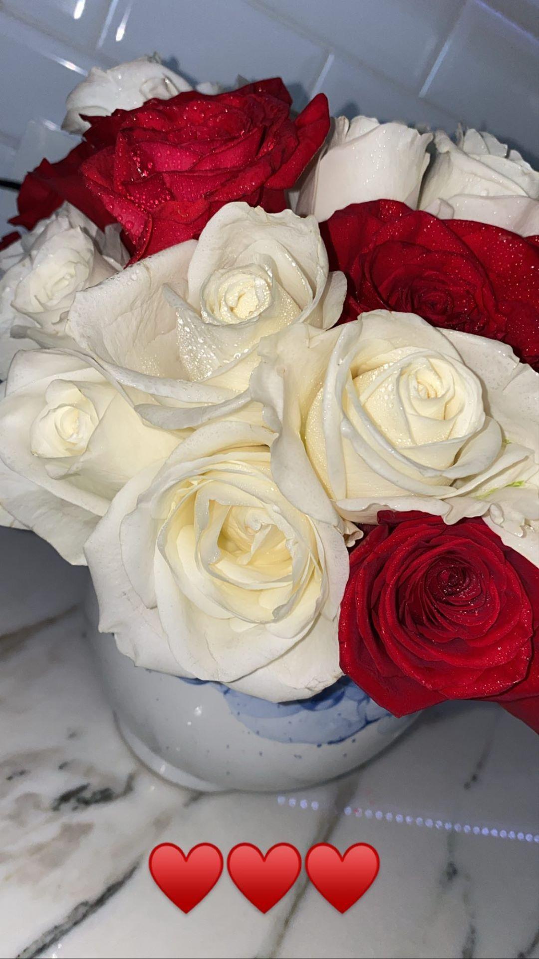 感情甚笃!乔治女友晒乔治送的大捧玫瑰花