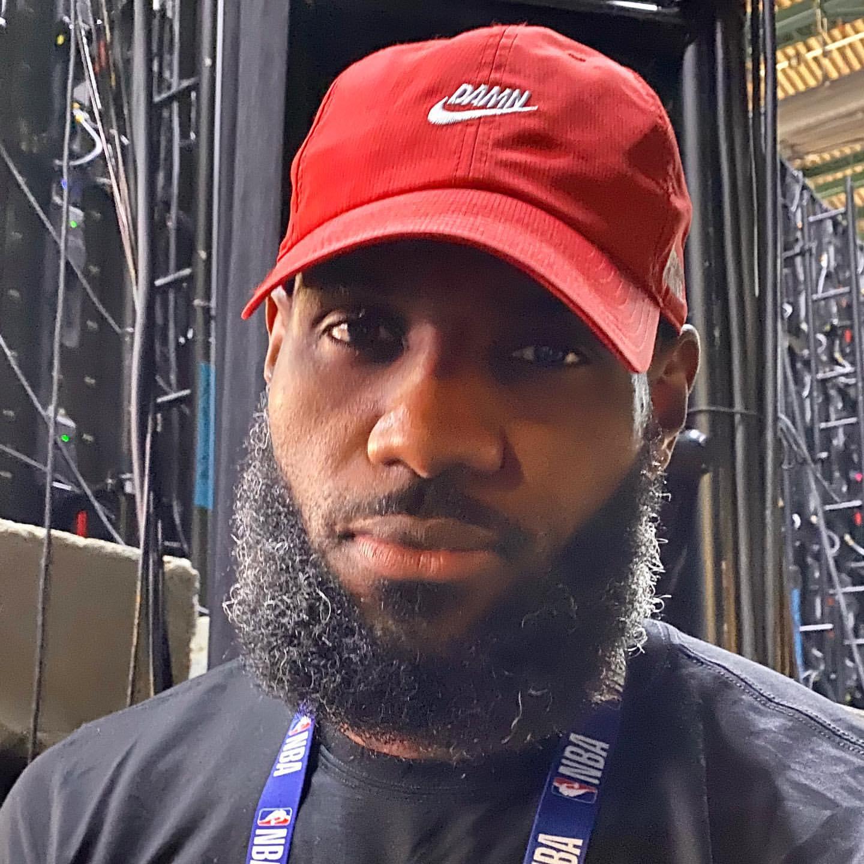 小红帽!记者晒詹姆斯昨日佩戴红色棒球帽亮相