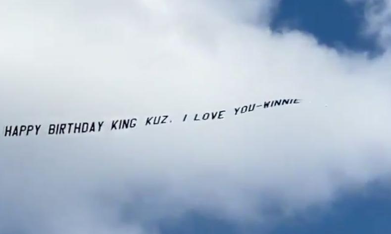 爱意满满!库兹马女友租赁飞机悬挂标语祝库兹马生日快乐