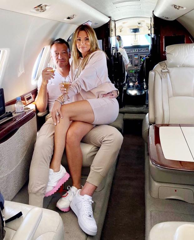 庆祝保级成功,特里携妻子去葡萄牙豪宅度假