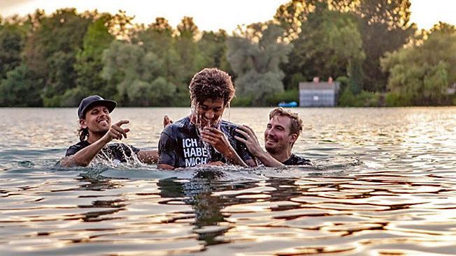 """图片报:拜仁小将理查兹在湖中接受""""洗礼"""""""