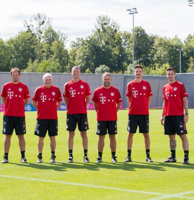 各就各位!拜仁新赛季教练团队全员集结合影