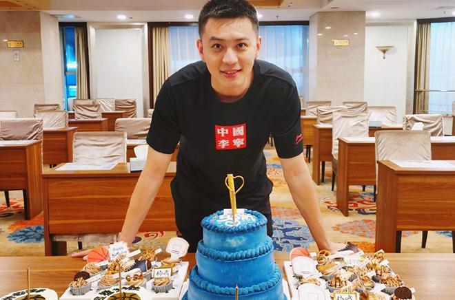 杨鸣更博晒照:18岁生日快乐