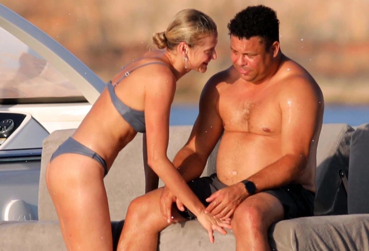 鸳鸯戏水,罗纳尔多与女友在西班牙海岛度假尽享夏日阳光