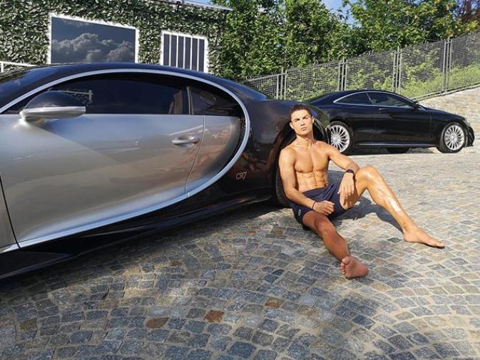 C罗晒照:坐在地上半裸上身、背靠着布加迪跑车