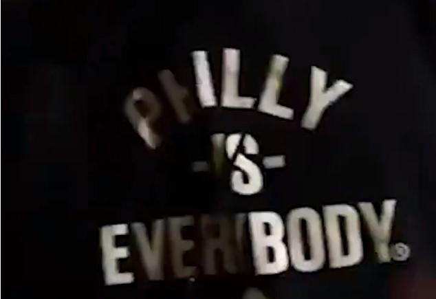 """76人官推晒恩比德衣服,印有""""费城VS所有人""""字样"""