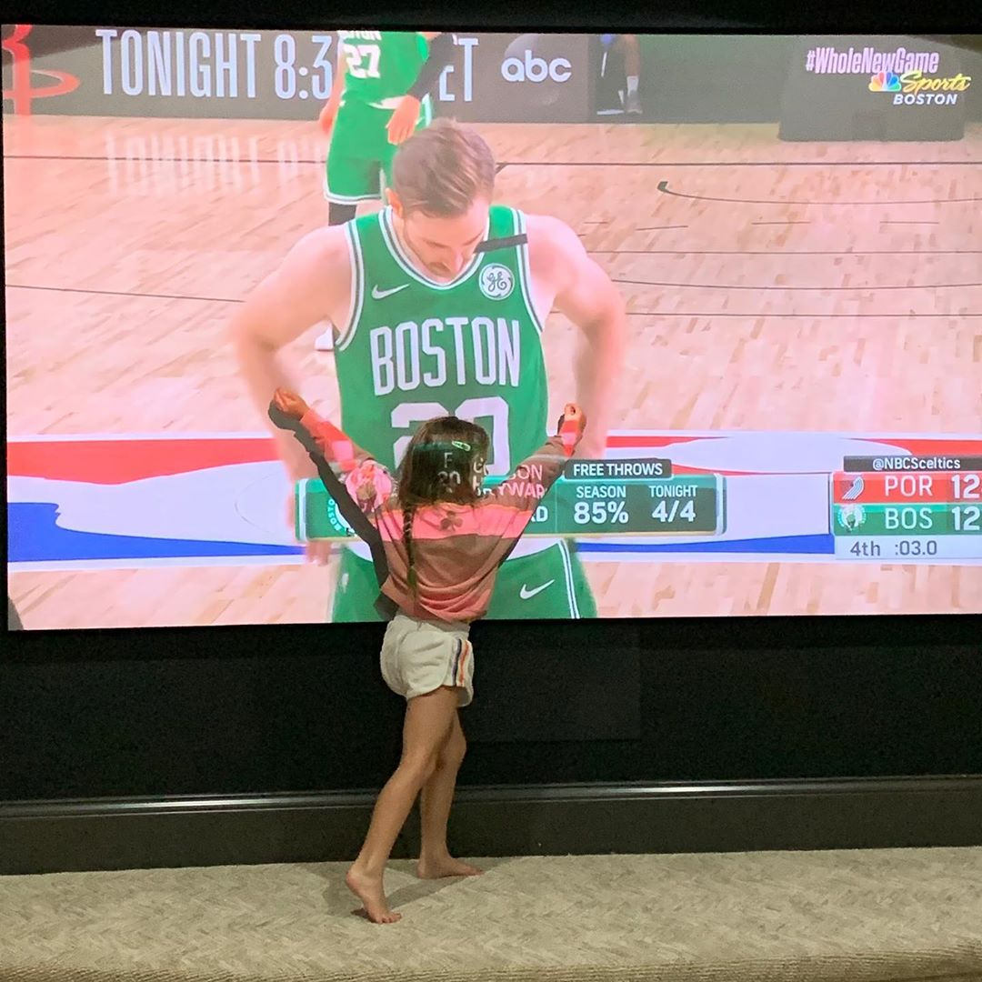 太暖了吧!海沃德女儿拥抱屏幕上的海沃德特写