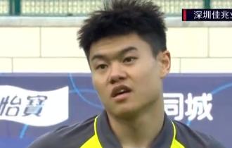 GIF:杨立瑜突入禁区倒地裁判未理睬,中场铲球逆染黄