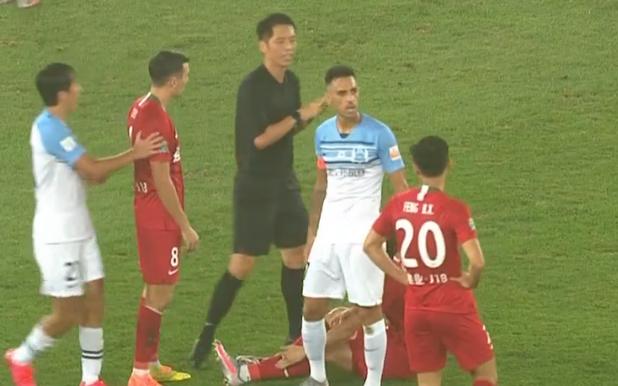 GIF:主裁王迪绊倒建业球员吹停富力进攻,扎哈维抗议染黄