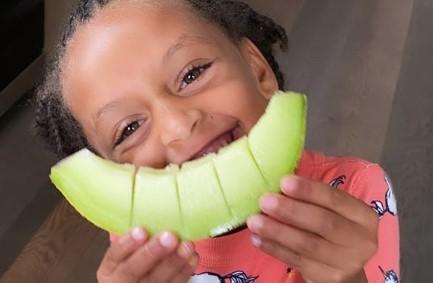 吃瓜群众!阿耶莎晒女儿吃刚从果园里摘的蜜瓜