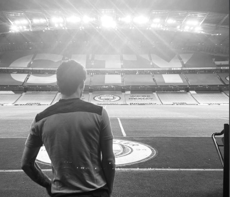 大卫-席尔瓦完结曼城主场离别表演,赛后背影离别球场