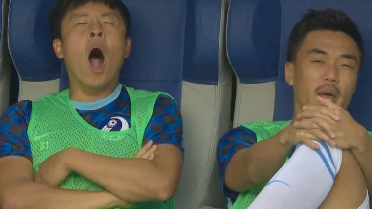 GIF:这球踢得太无聊?郑龙替补席看球看到打哈欠