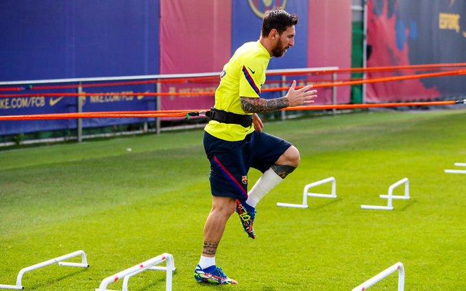 巴萨开端备战拜仁,梅西脚踝缠着纱带康复练习